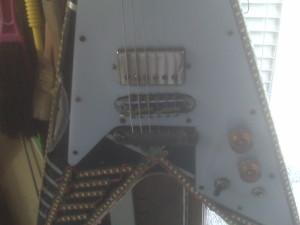 Gibson Flyng V di Adam Bomb, ripara zione manico rotto