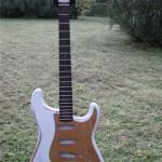 chitarra set-in tipo Stratocaster, corpo in Ontano, manico in Acero, tastiera in Palissandro, colore:  Relic Olympic White (nitrocellulosa)